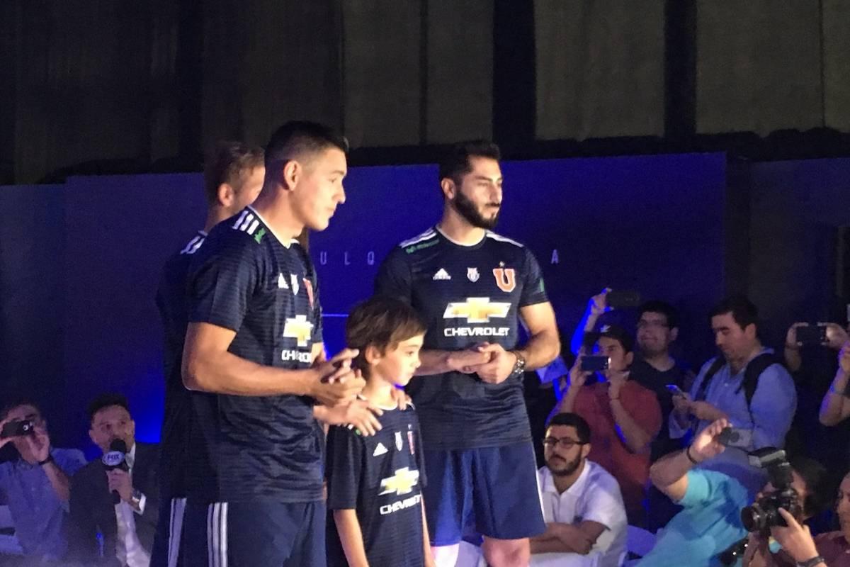 La nueva camiseta de la U - Diego Espinoza, El Gráfico Chile