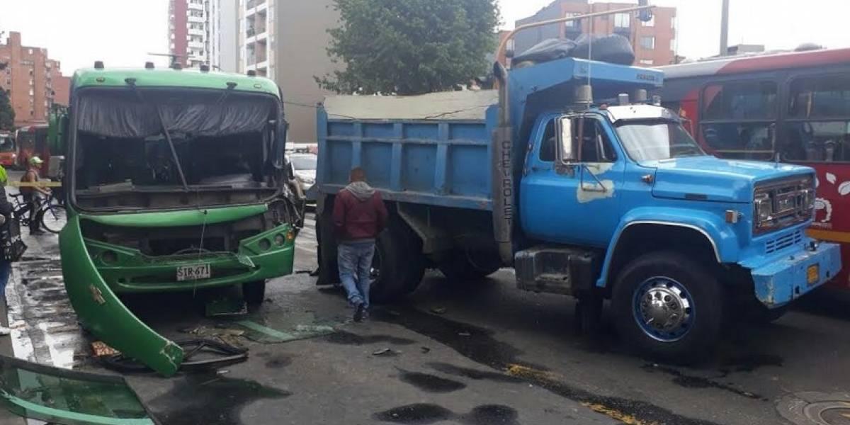 Grave accidente entre dos vehículos dificulta la movilidad en norte de Bogotá