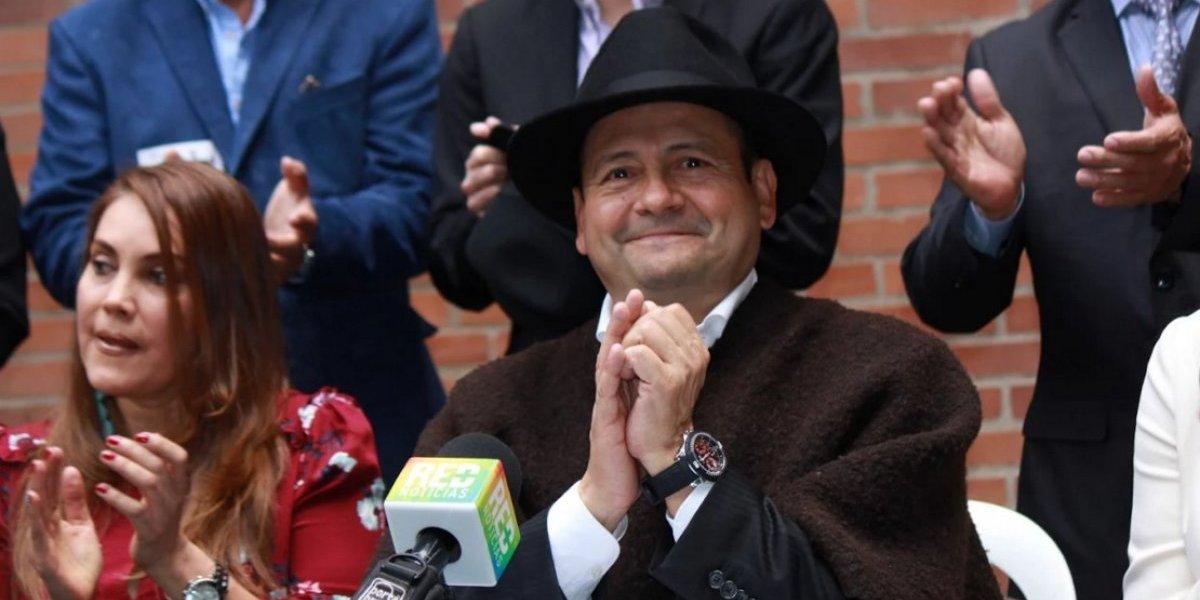 Con ruana y sombrero, Jesús Guerrero obtuvo el permiso para recolectar firmas presidenciales