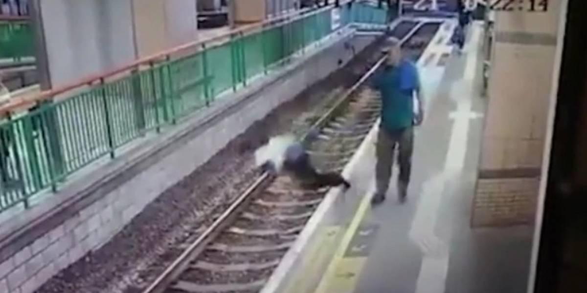 El escalofriante momento en que un hombre empuja a una mujer directamente a las vías del tren en Hong Kong
