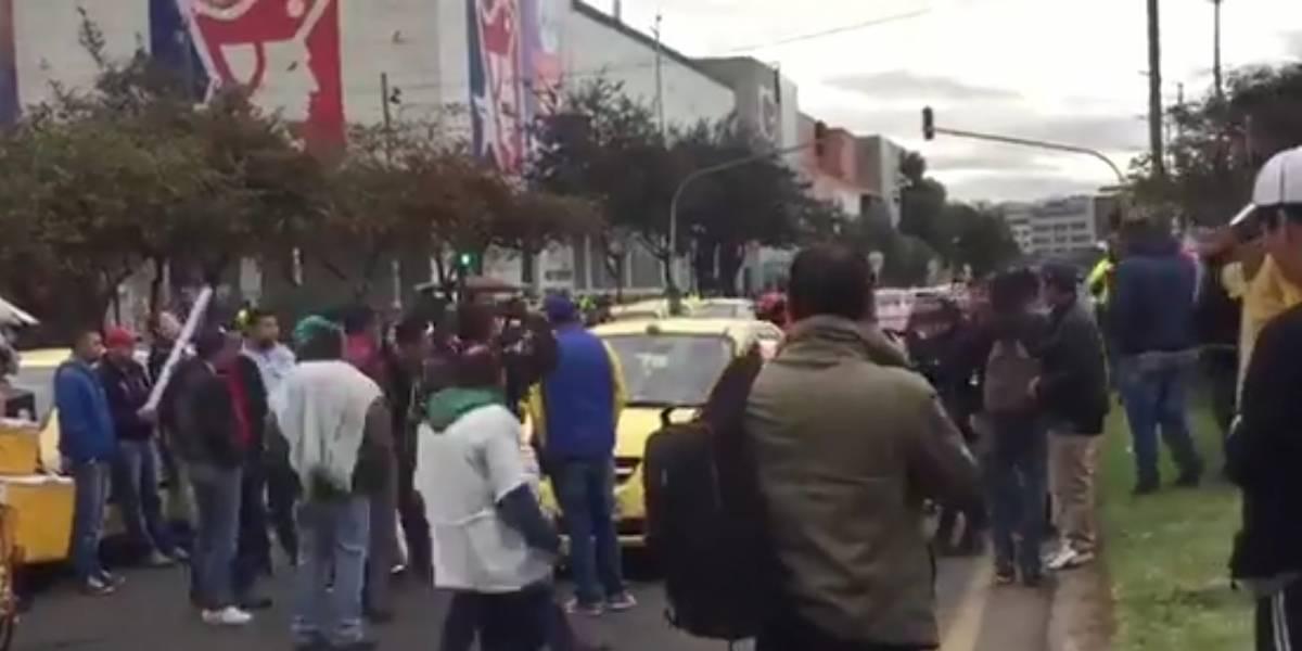 Taxistas en paro rompieron los espejos de taxista por trabajar