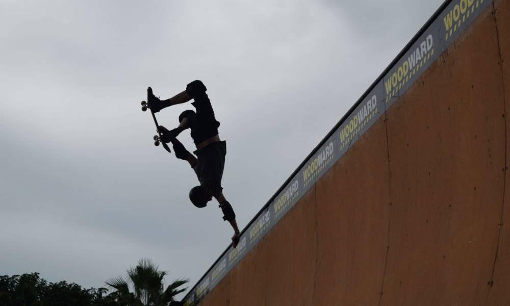 Tony Hawk realiza el truco handplant durante la exhibición en la rampa| Foto: Aabye Vargas