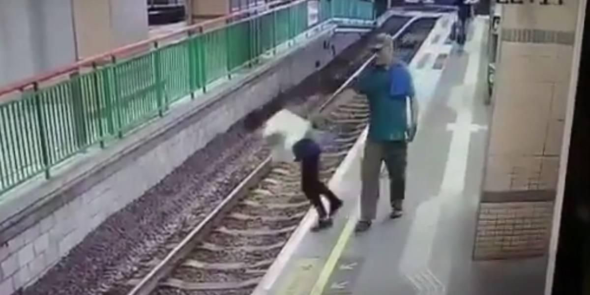 VIDEO. Hombre empuja a una mujer a las vías del tren en Hong Kong