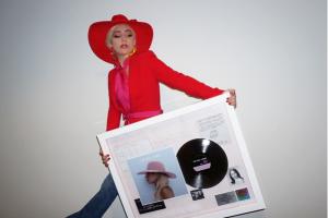 Lady Gaga sigue activa fuera de los escenarios.