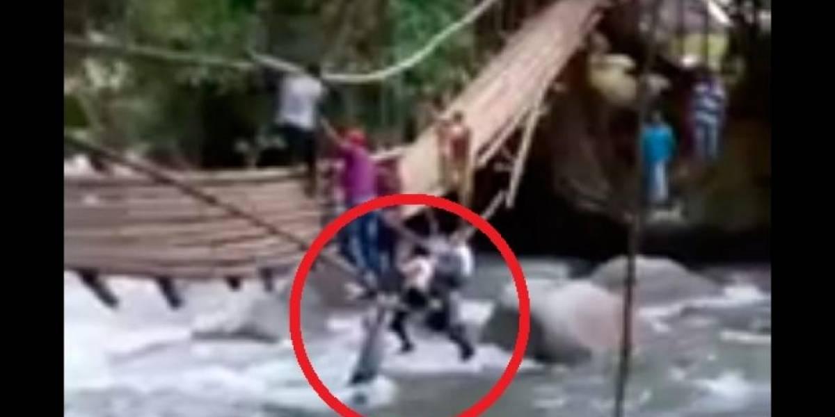 La increíble reacción de una madre al rescatar a sus hijos tras caerse un puente