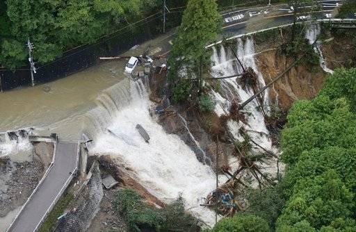 Azote del tifón Lan en Japón