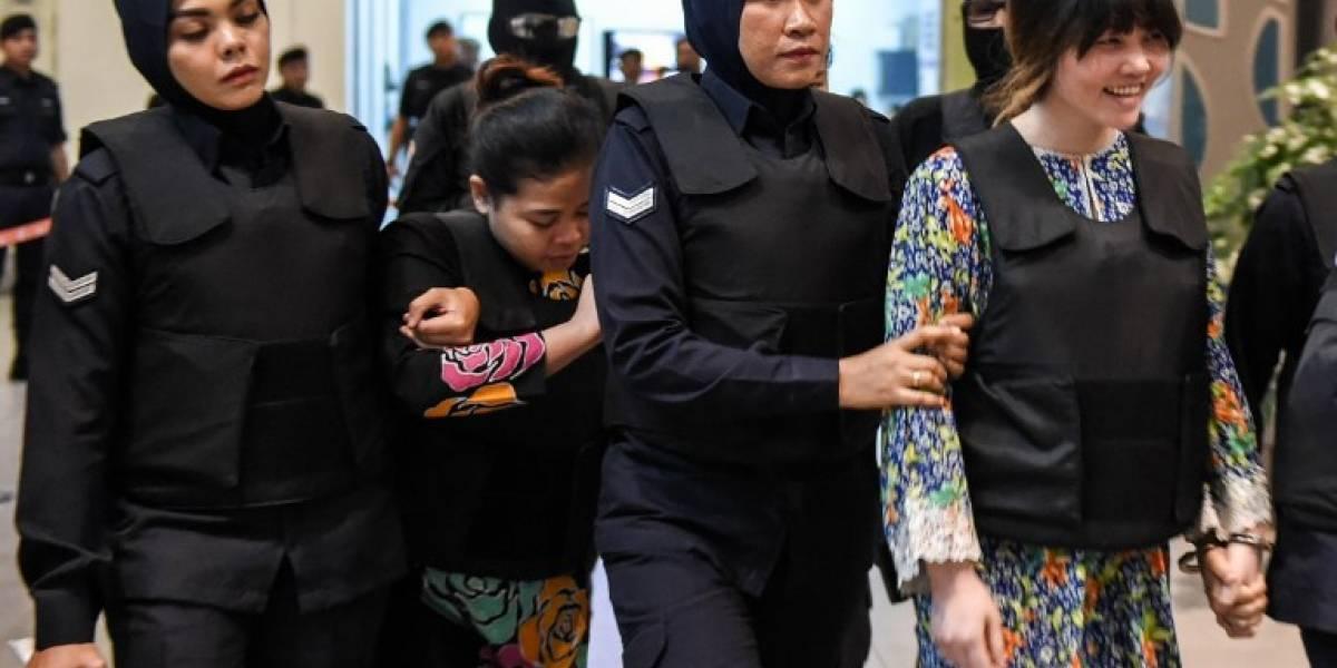 Acusadas de la muerte del hermanastro de Kim Jong-Un visitan lugar del crimen