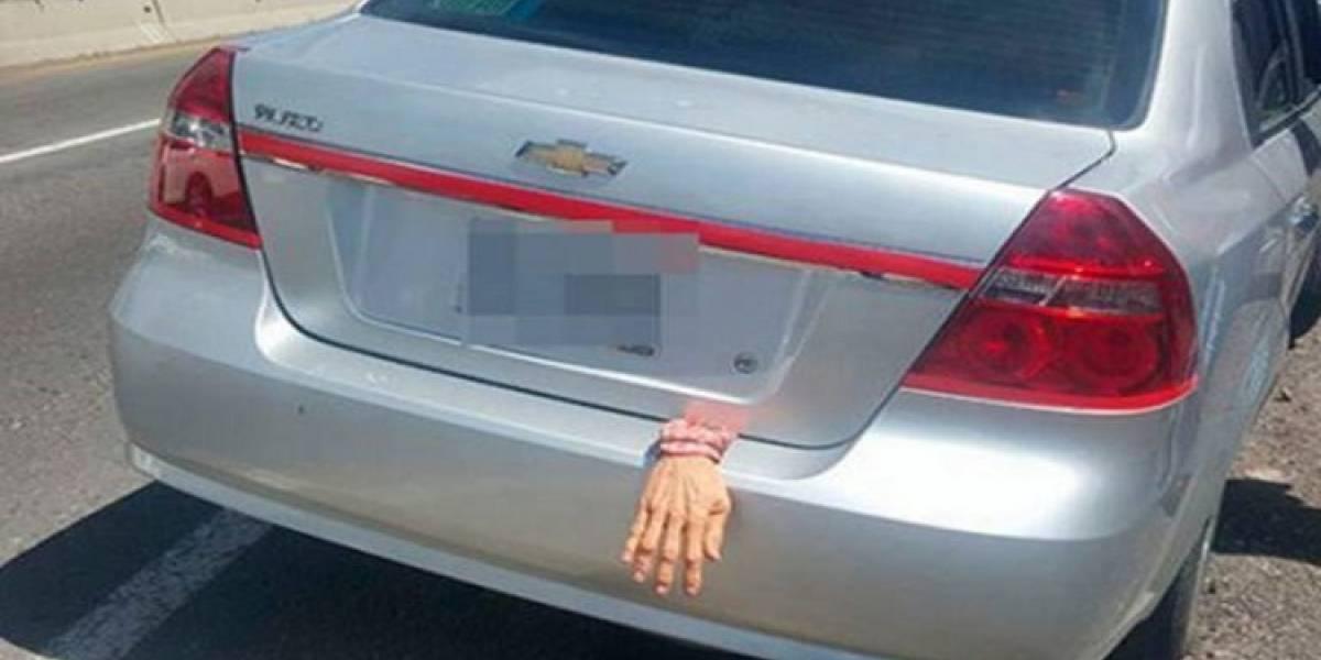 Policías de Tlaxcala detienen a conductor por decoración de Halloween