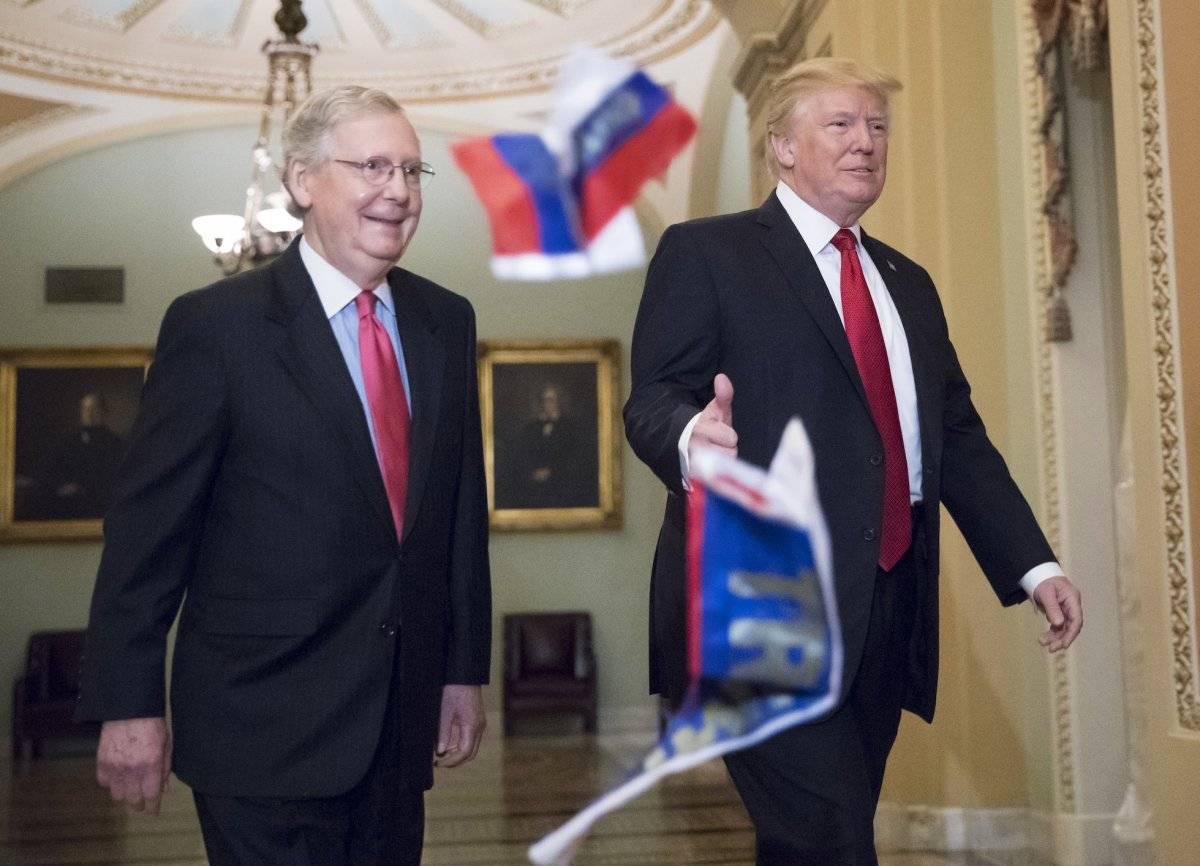 Momento en el que le arrojan banderas de Rusia a Donald Trump
