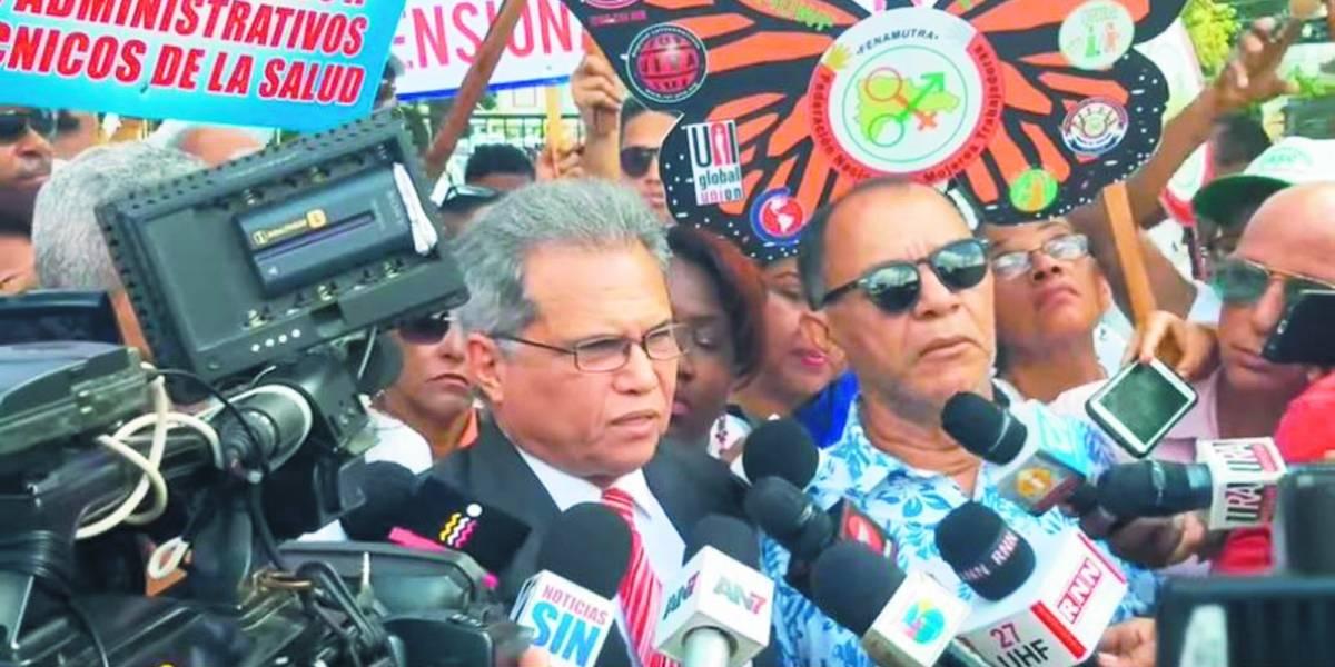 Policías impiden acceso de Waldo Ariel Suero al Ministerio de Salud Pública