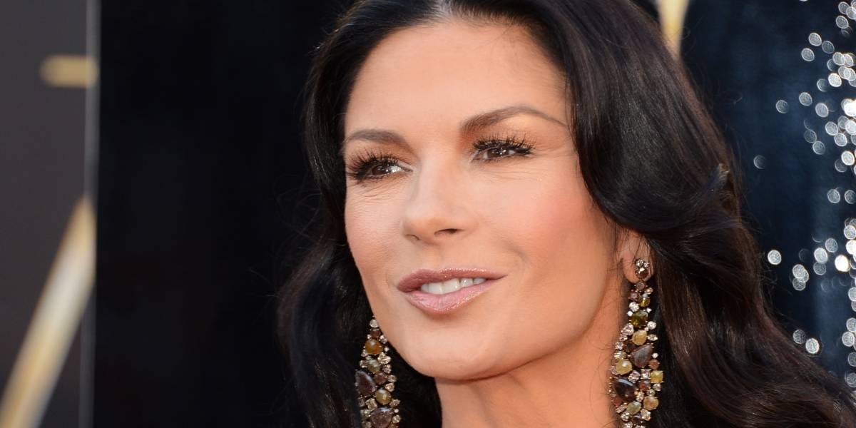 Catherine Zeta Jones arruina su rostro y luce irreconocible