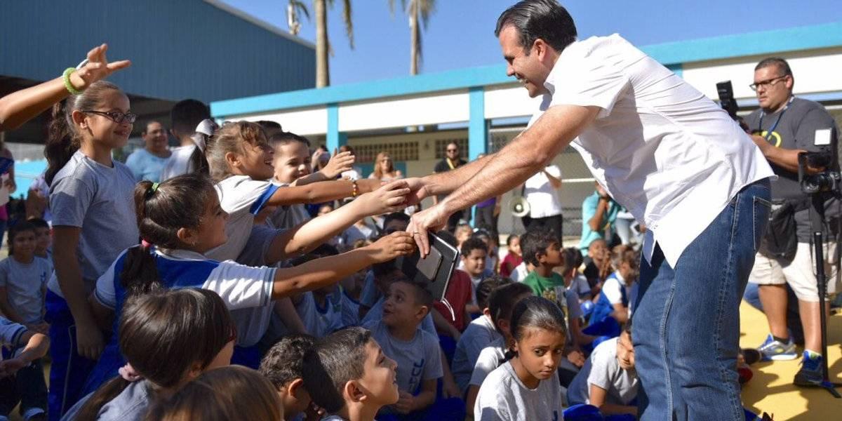 Rosselló y Keleher visitan escuela de San Juan