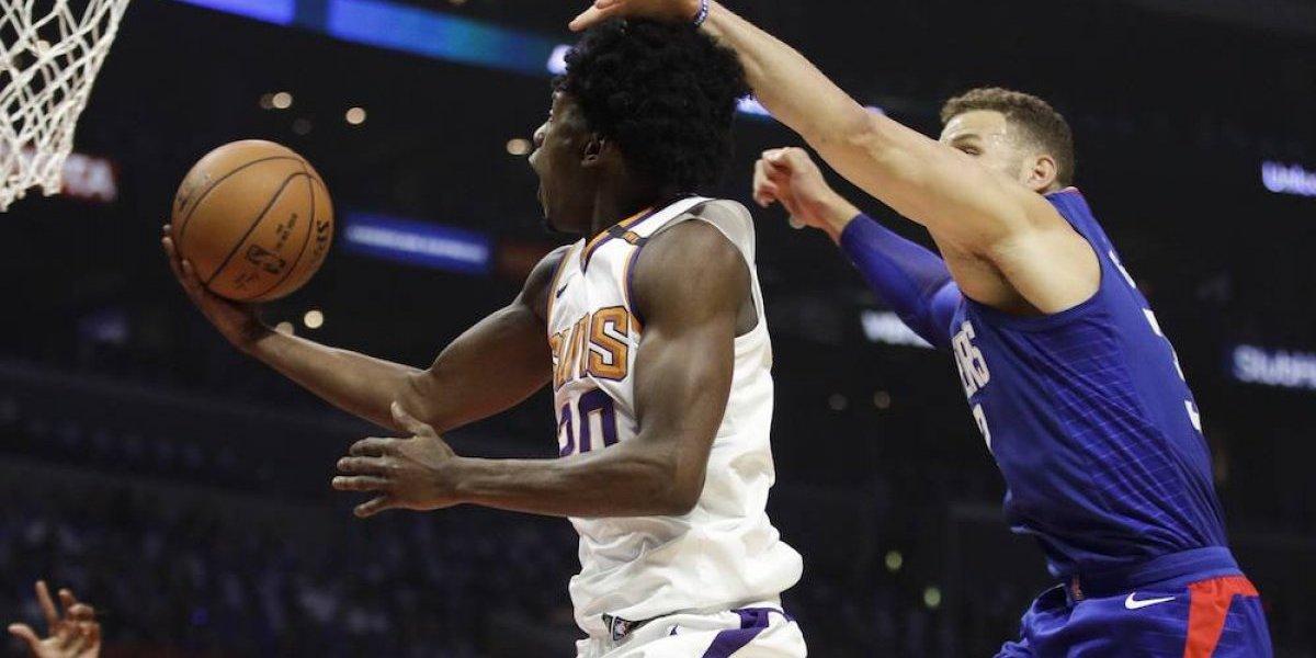 NBA multa a jugador de Suns por simular disparo a un fanático