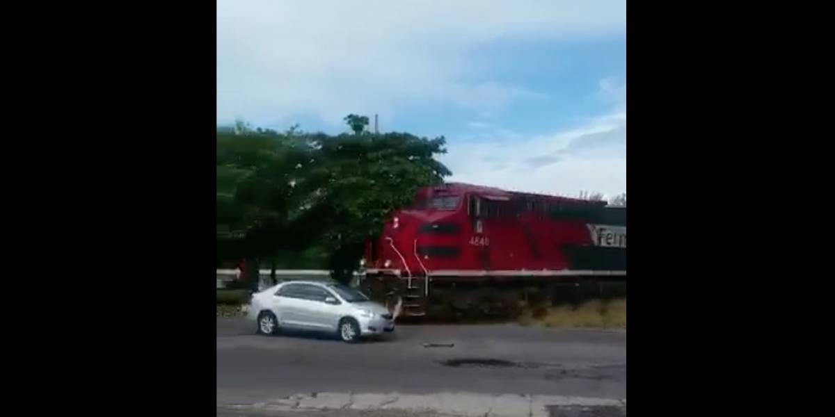 VIDEO: Auto intenta ganarle el paso al tren y termina chocando en Veracruz