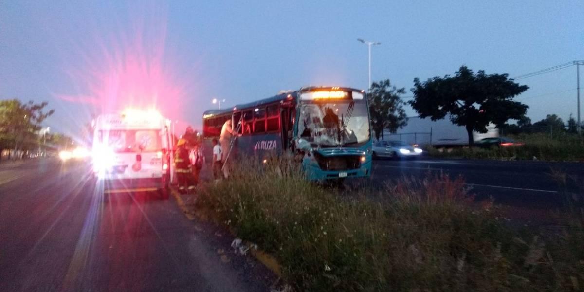 Autobús se estrella contra carguero en Periférico; hay 11 lesionados