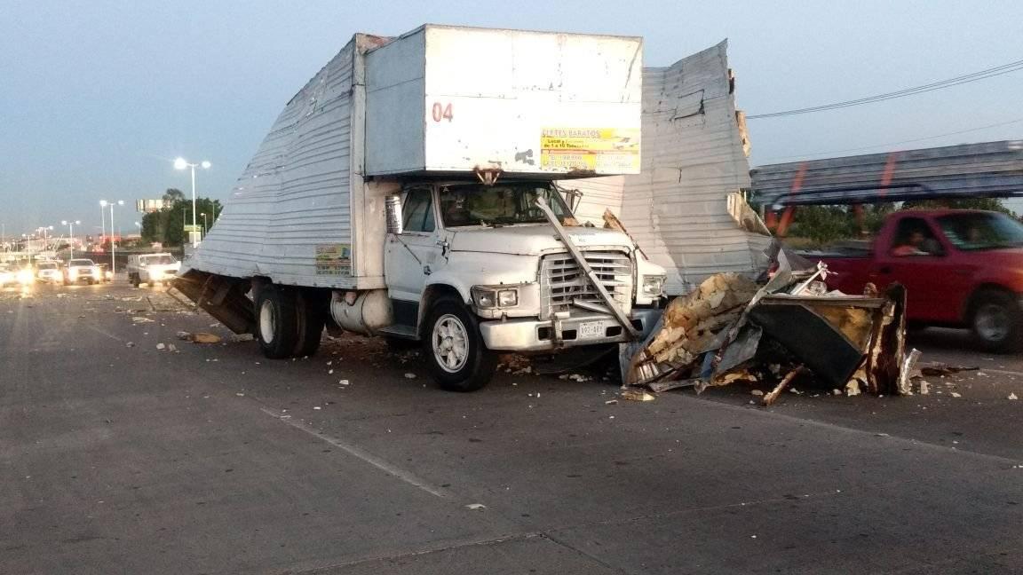 Autobús se estrelló contra carguero en Periférico; 11 lesionados