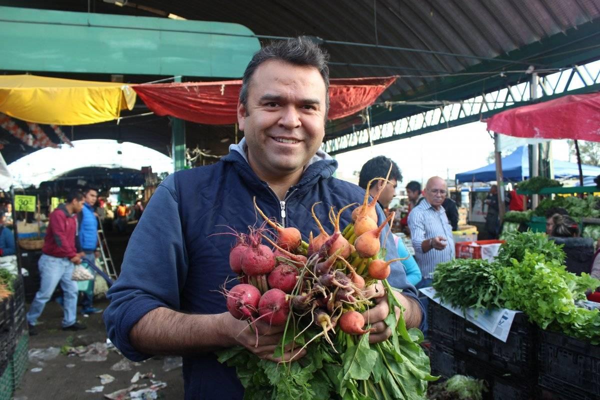 Alex Fuentes en el sector de hortalizas de la Central de Abasto