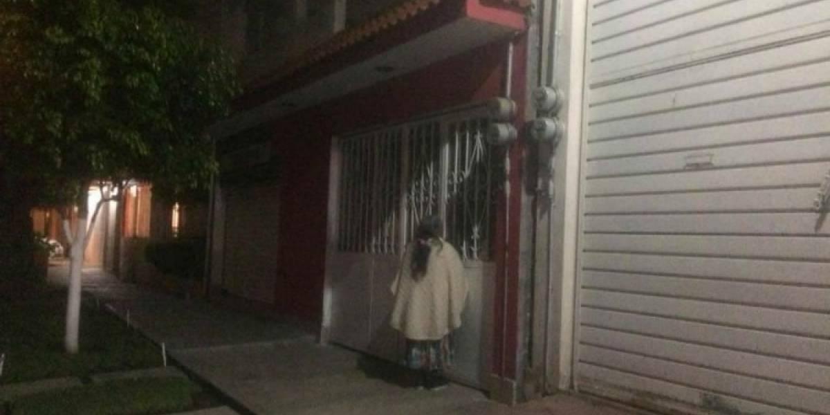 Familia deja a abuelita afuera de su casa