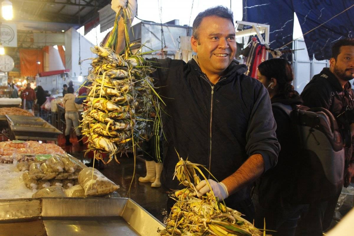 El chef Alex Fuentes sostiene 10 kilos de jaiba