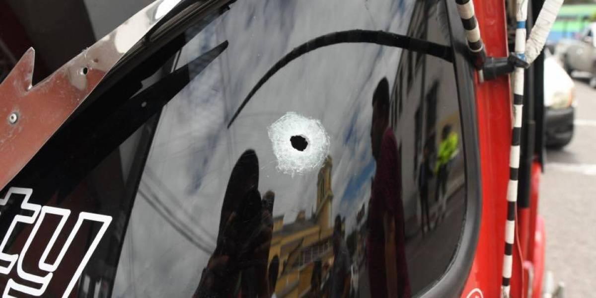 Atacan a balazos a presuntos pandilleros en La Parroquia