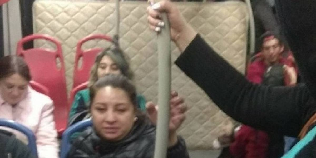 Usuario escogió un bus de TransMilenio para trastear su colchón