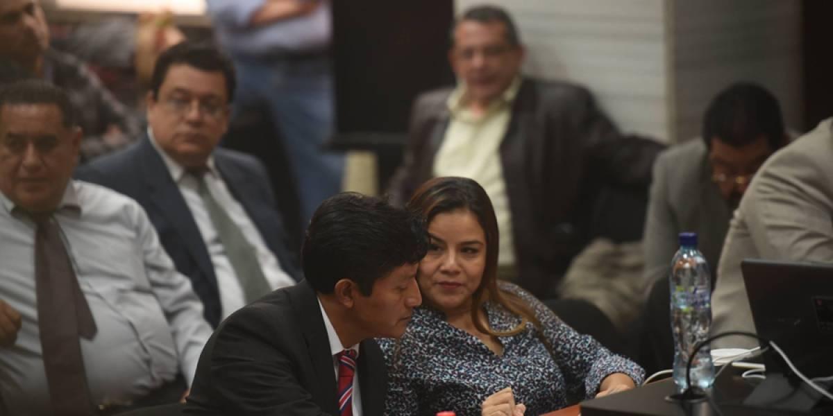 """Exintendente de aduanas Claudia Méndez deja """"singular"""" mensaje en un vaso"""