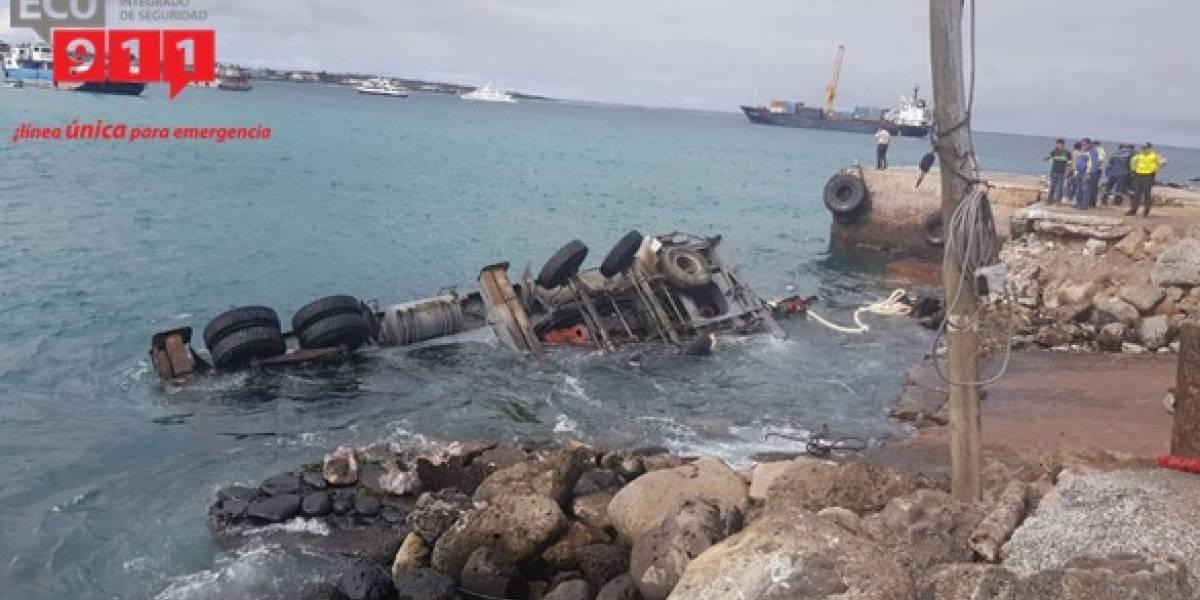 Una grúa cayó al mar en la isla San Cristóbal