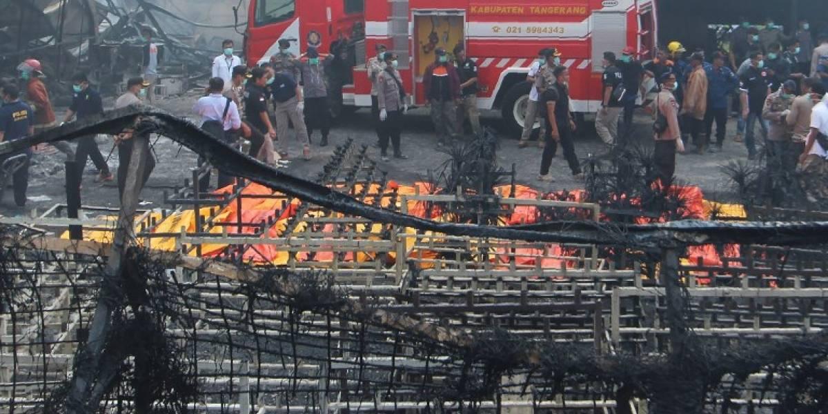 """""""Están completamente calcinados, irreconocibles"""": Incendio en fábrica de fuegos artificiales deja más de 40 muertos en Indonesia"""