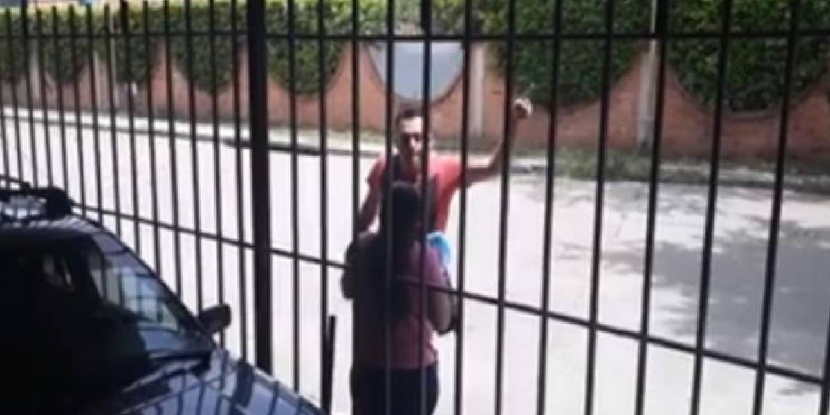 """""""¡Los mato!"""", le gritaba hombre a su madre mientras la empujaba en plena calle"""