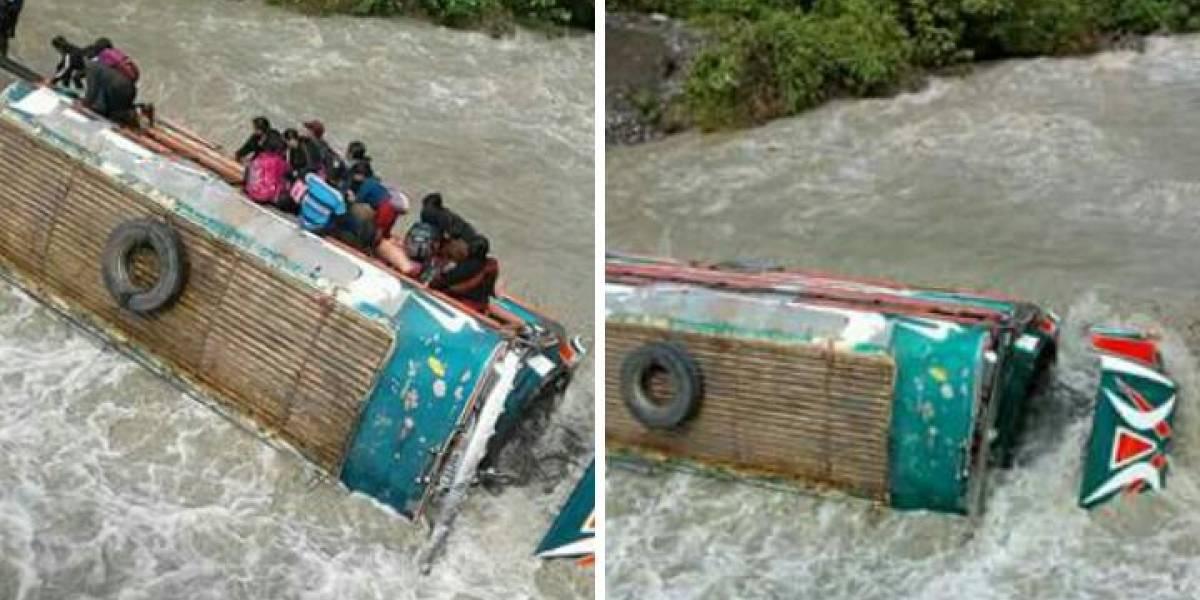 Río arrastra autobús en Quiché