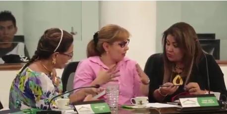 Mirando revistas y arreglándose las uñas: así se desarrollan las sesiones en el Concejo de Bucaramanga