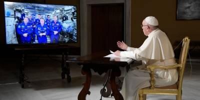 Papa Francisco conversa con la tripulación de la EEI