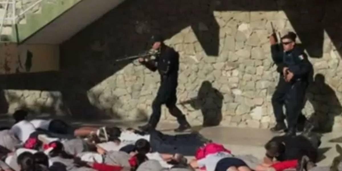 VIDEO. Policías enseñan a niños a fingir que están muertos en caso de tiroteo