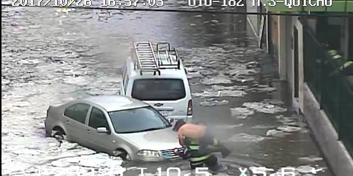 Personas atrapadas en la acumulación de agua al sur de Quito