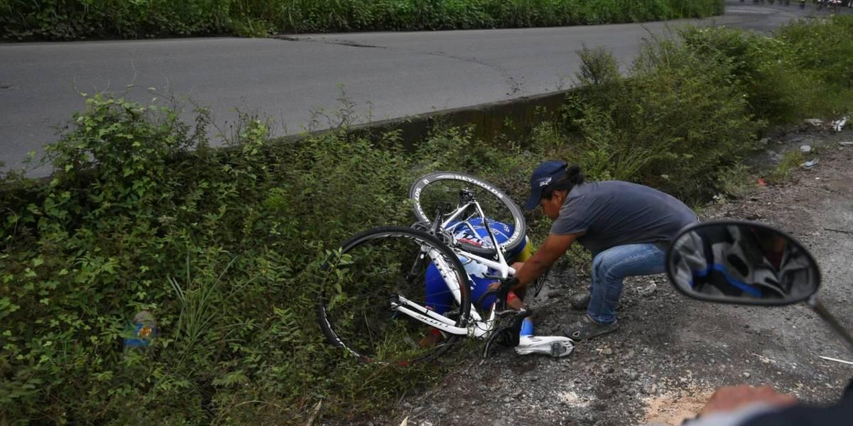 FOTOS. El pésimo estado de una carretera hace caer a un ciclista en una cuneta