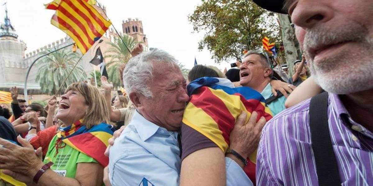 Abrazos, lágrimas y cantos a todo pulmón: miles de personas festejan la declaración de independencia de Cataluña