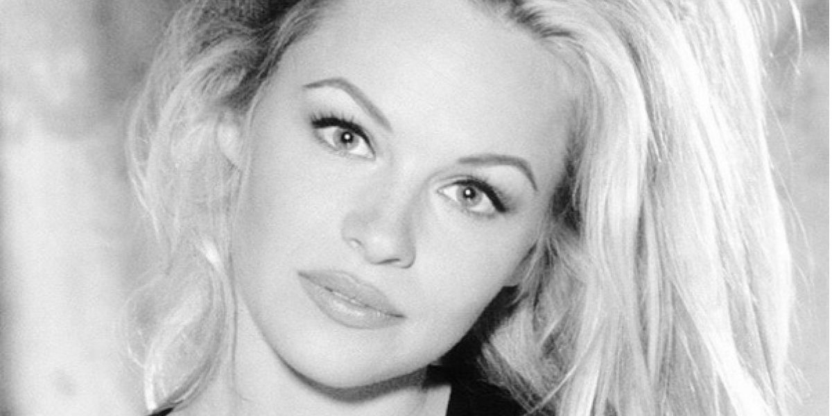 FOTOS. Pamela Anderson acude a evento con pronunciado escote y sin sostén
