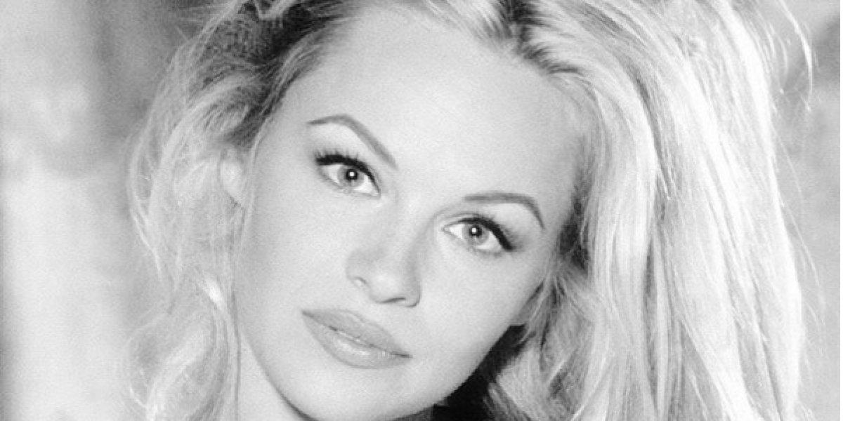 Pamela Anderson se quita la ropa para una revista en una pose muy atrevida
