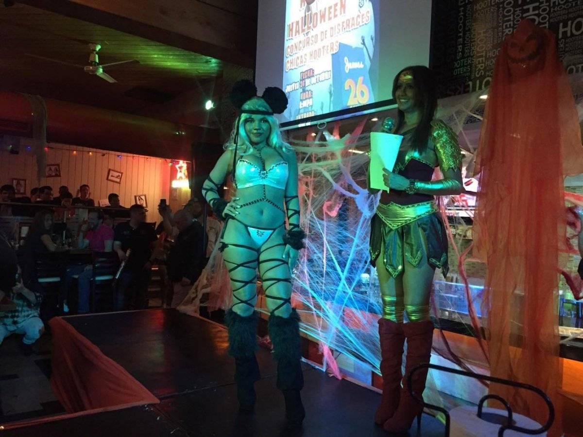 Concurso de disfraces en Hooters. Foto: Mónica Avila
