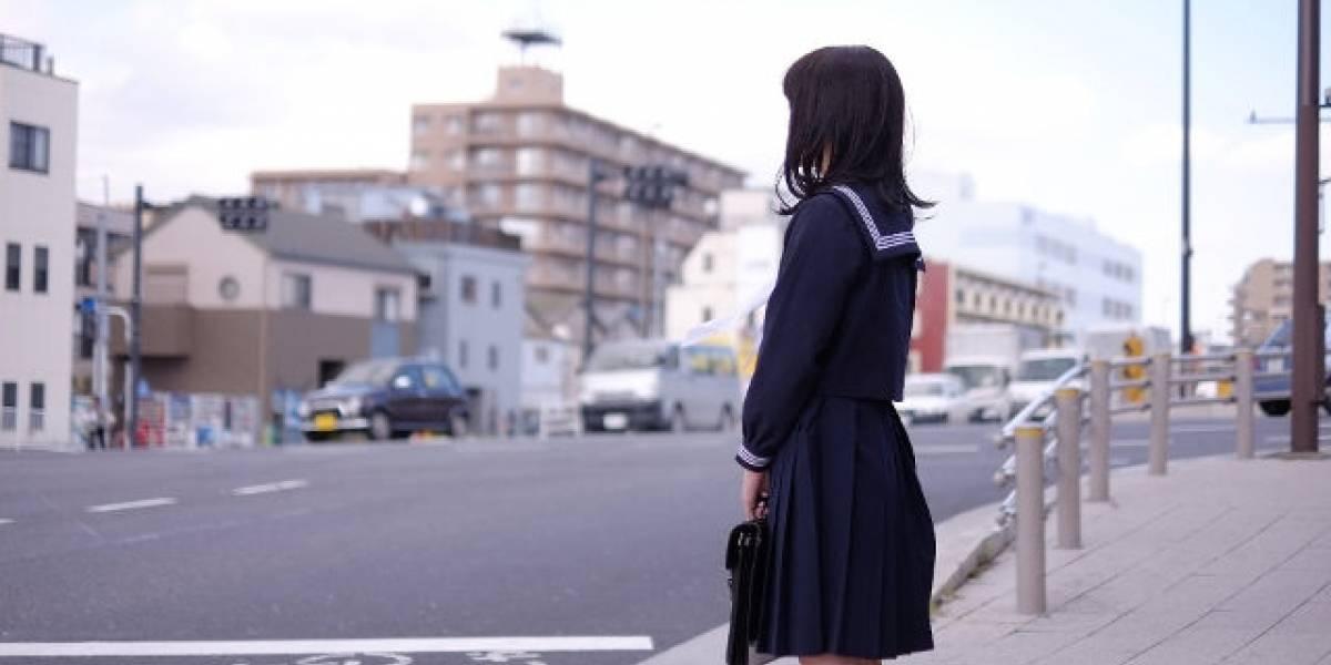 Escolar demanda a colegio por obligarle a teñirse el pelo de negro: la alumna era castaña natural y eso estaba prohibido