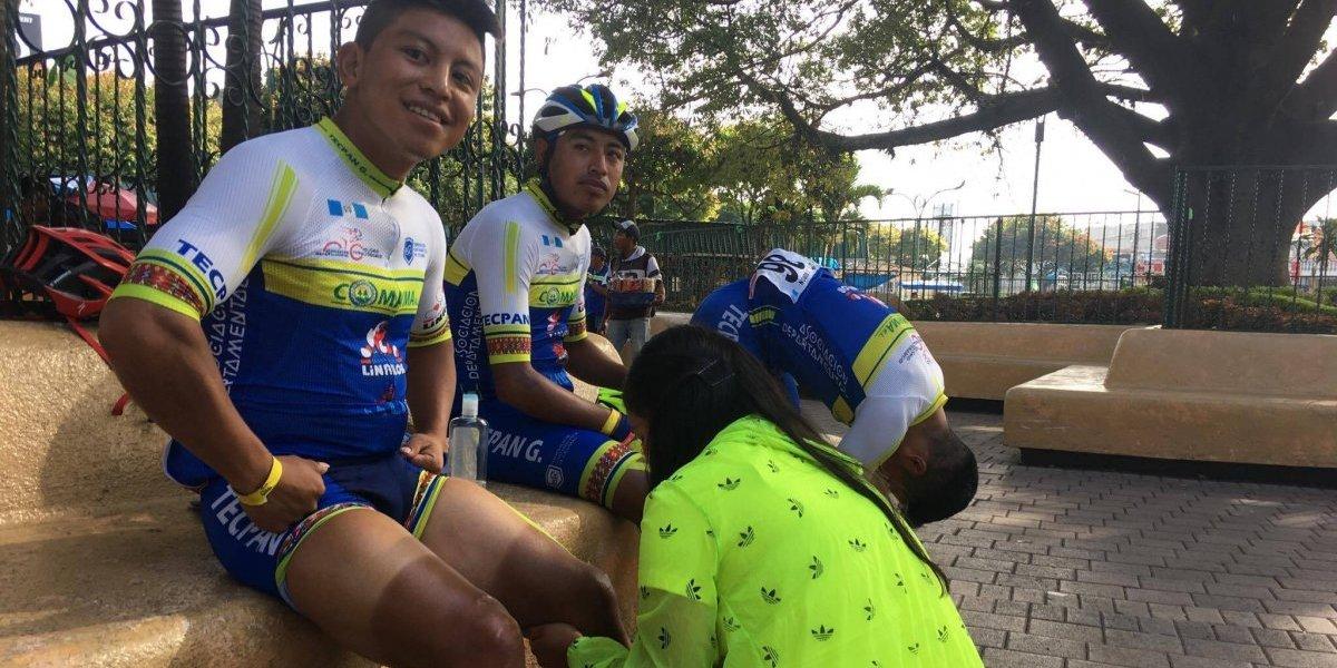 Los ciclistas pasan por las manos de Jessica