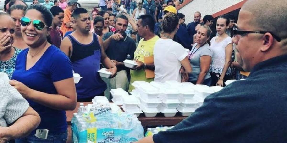 Héctor Delgado y representante llevan ayuda a Lares