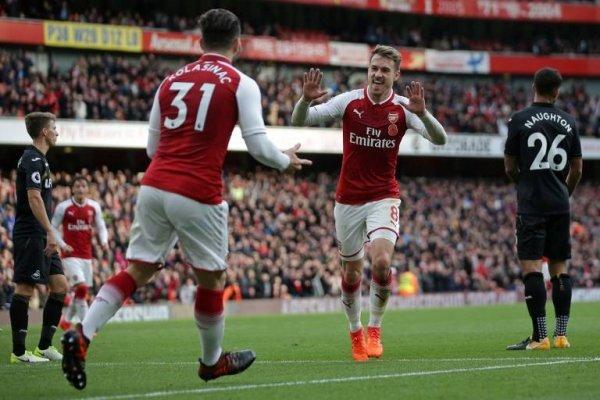 Ramsey celebrando con Kolasinac el gol que le dio el triunfo al Arsenal sobre el Swansea / Foto: AFP