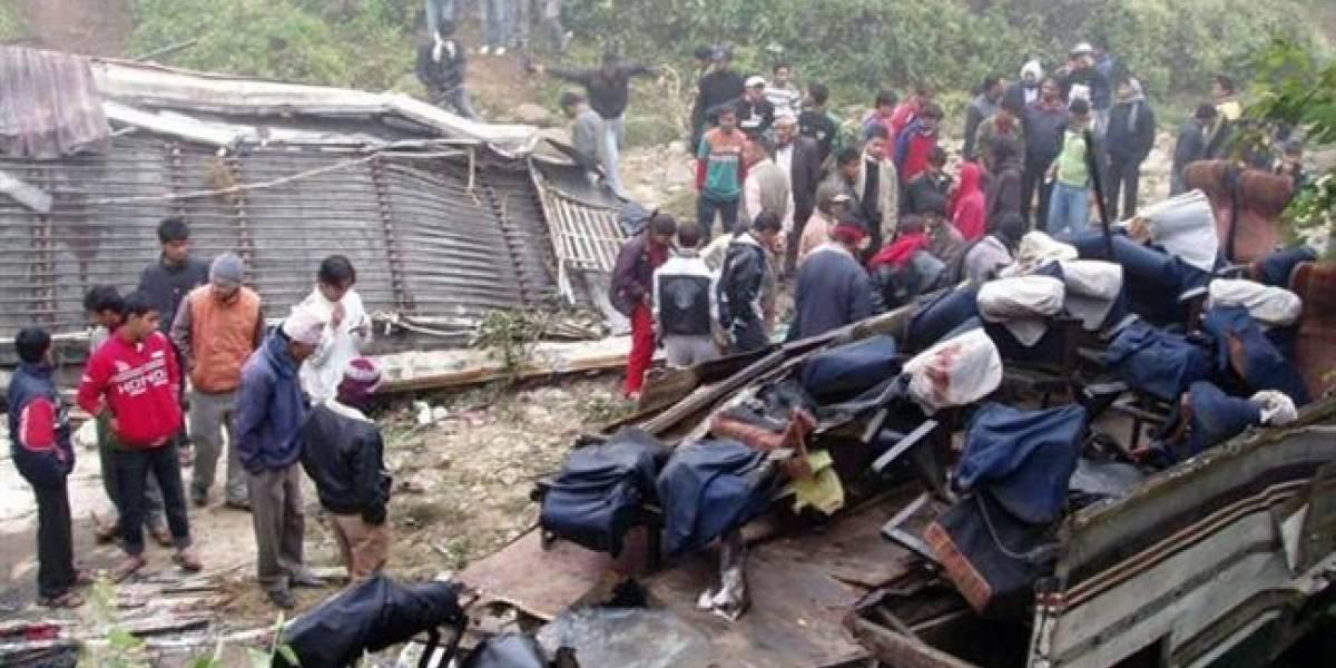 Autobús cae a un río en Nepal; 31 pasajeros murieron ahogados