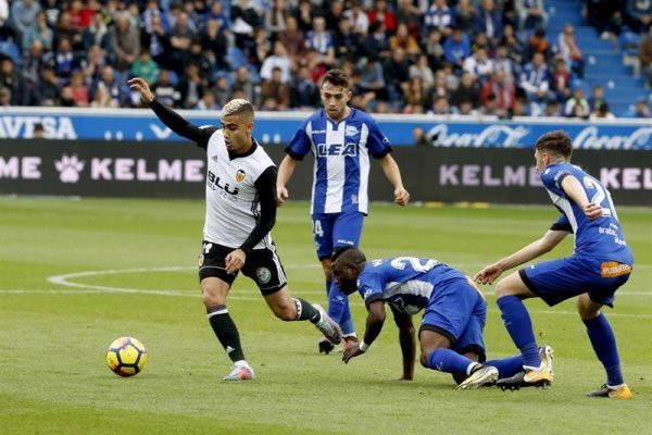 Valencia estiró su buen momento ante un Alavés que no sale de la zona baja en España / Foto: EFE