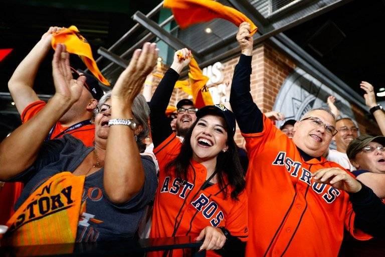 La afición de los Astros celebra