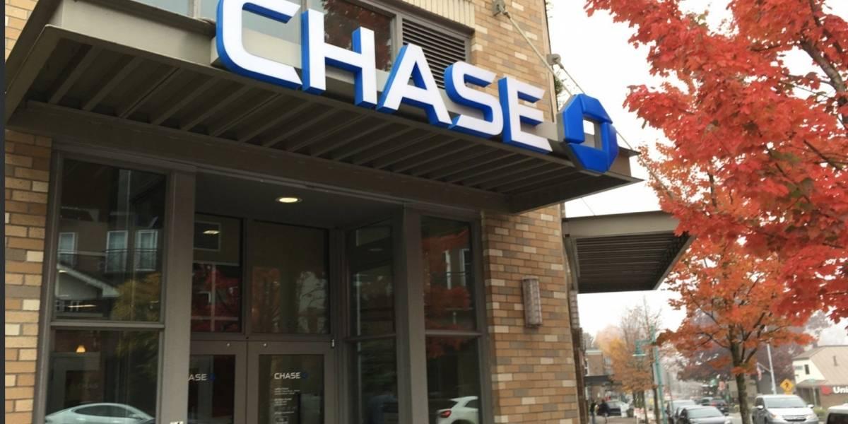 Una mujer roba un banco mientras su hija de 6 años la espera en un taxi
