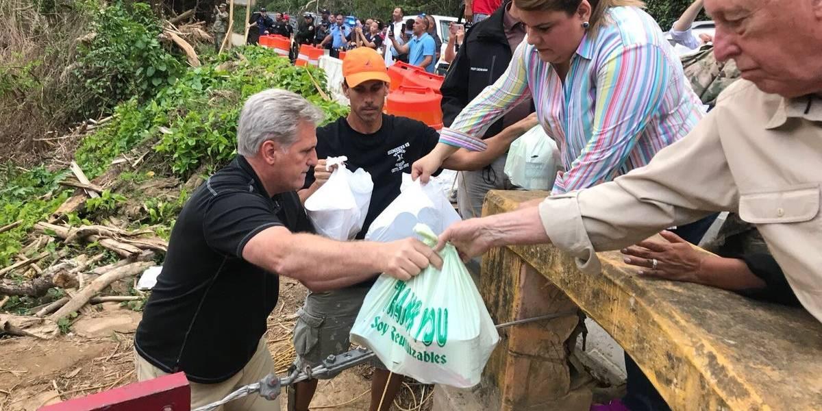 Delegación congresional reparte suministrso en Utuado