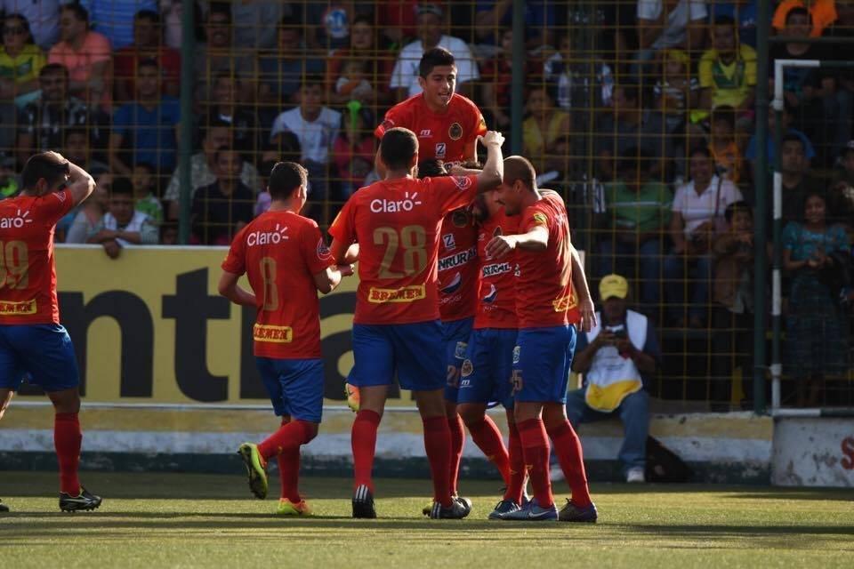 Jugadores rojos celebran en Petapa