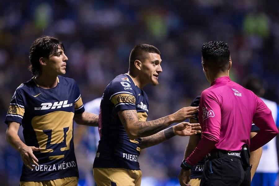 Castillo reclamando ante el juez Escobedo tras ser expulsado en el duelo entre Pumas y Puebla / Foto: Photosport